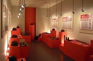экспонаты музея каски можно трогать руками, примерять, фотографироваться