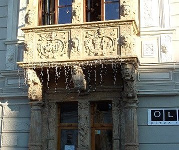 Porta, colonne e decorazioni