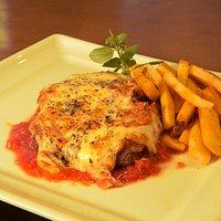 Nosso delicioso bife a parmegiana com batatas rústicas.