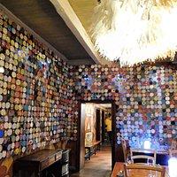 les murs sont décorés avec des couvercles de boites de conserve