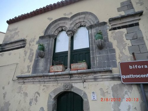 Casa Medioevale con Finestra a Bifora - Savoca.