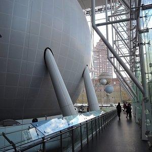球状のプラネタリウム施設の周りが Hall of the Universe