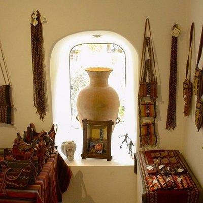 Cerámica y Tejido Hecho por manos Quechuas
