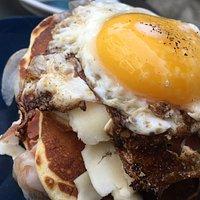 Brunch con pancake uovo, toma e pancetta