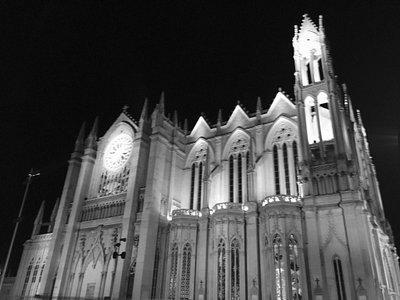Hermoso templo expiatorio, la iluminación nocturna es perfecta, la plaza súper limpia, puedes to