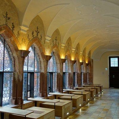 Kreuzgang mit Café-Tischen im Augustinermuseum