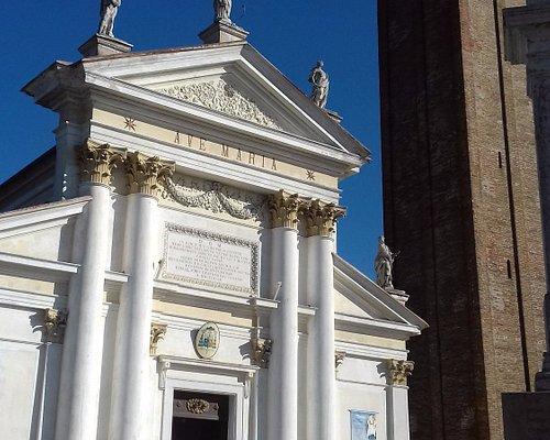 La facciata e l'alto campanile