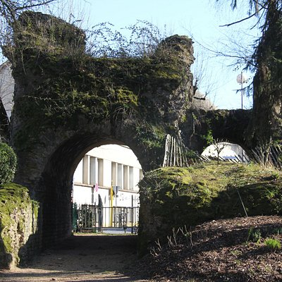 Entrance to the Jardin Des Arenes Romaines through ancient roman arch.