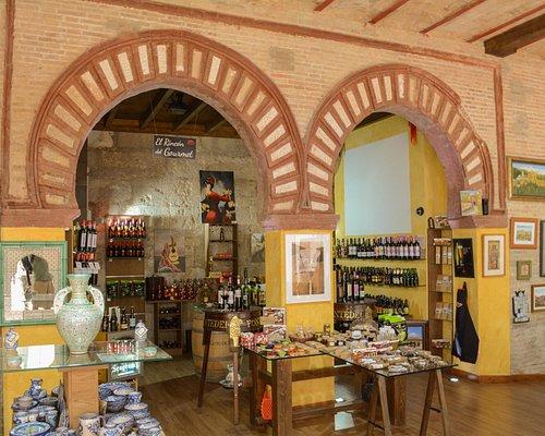 Interior de la tienda con arcos nazaries