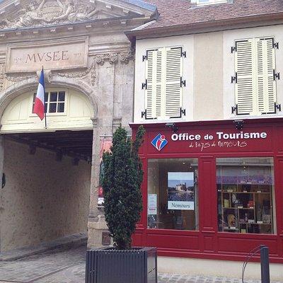 L'Office de Tourisme du Pays de Nemours se trouve en face du Château-Musée de Nemours