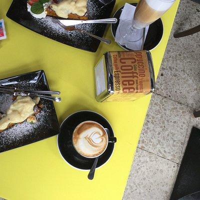 Een Cappuccino, een Latte en tweemaal Worteltjestaart !