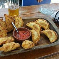 """Riquísimas empanadas fritas, de carne y queso, sin faltar el """"llajua"""" (salsa picante)"""