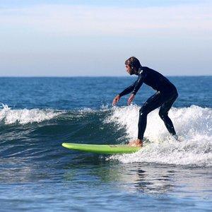 Demonstrando a técnica de cortar a onda em Ofir, Esposende