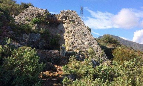 La Pyramide et la Grotte de Ratapignata