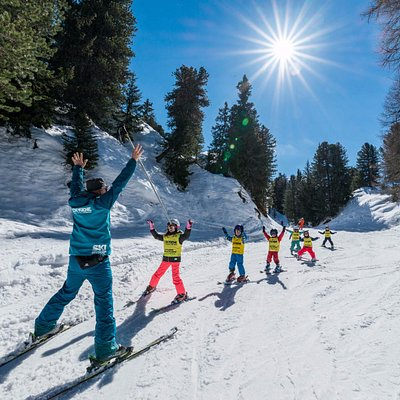 Children group lesson with Oxygène Ski School.