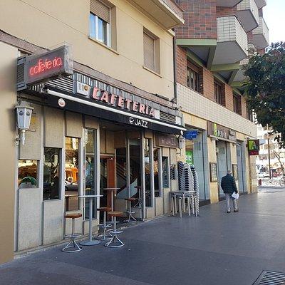 Entrada desde la calle Bastiturri de la Cafetería E´JAZZ