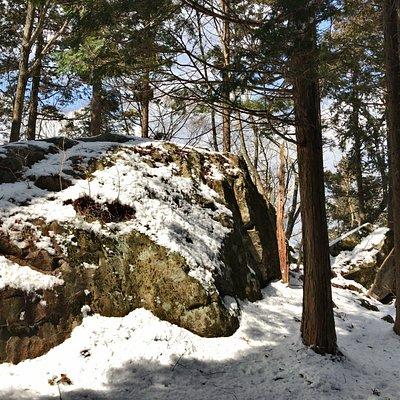 岐阜県恵那市にある笠置山(標高1127m)は、麓から山頂にかけて数々の巨石遺構があり、山全体を信仰の対象とした原始神道-縄文信仰の磐座として雨乞いをしていた様子が見られます。点在するピラミッド