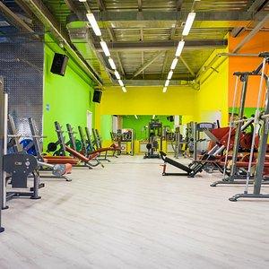 Просторный тренажерный зал с профессиональным оборудованием