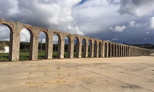 The remains of the aqueduct at Óbidos