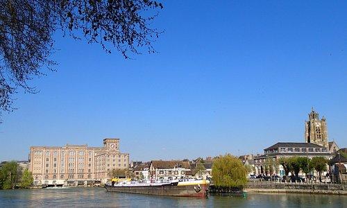 Vue d'ensemble du Port et de Nogent sur Seine