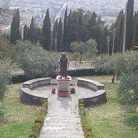 La statua di S. Pio e il panorama che si vede dal Santuario