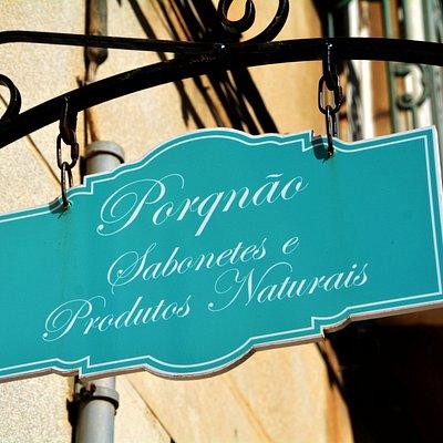 A placa que identifica entrada da loja / The sign that identifies the shop entrance.