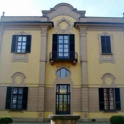 L'elegante facciata della villa