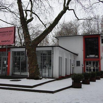 公園の一角にあるこのホールでは、2016美術工芸マーケットが開催されていた