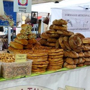 Рiazza Liberazione, Magenta, Италия. Ярмарка выходного дня, хлеб и выпечка