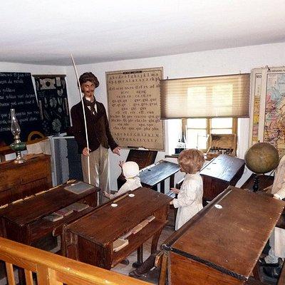 Salle de classe d'époque reconstituée à l'intérieur du musée.