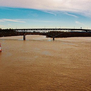 Strenwheeler docked North of The Ross Island Bridge