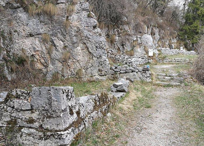 Resti di baracche in pietra