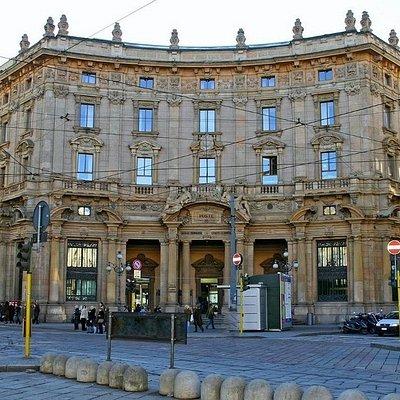 La facciata su Piazza Cordusio
