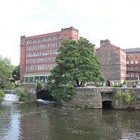 ダウエント川沿いにある工場。この豊富な水が機械を動かす。