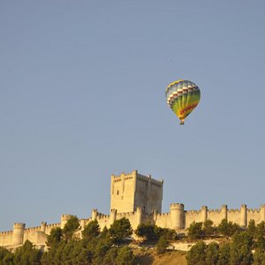 Volando en pleno corazón de la Ribera del Duero, justo encima del Castillo de Peñafiel