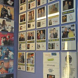Fotos de famosos con el propietario de la sala