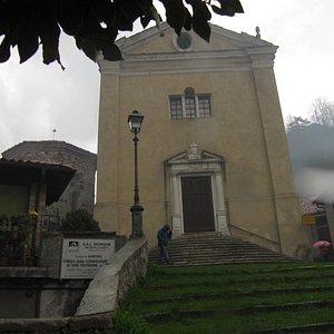 scalinata verso la chiesa