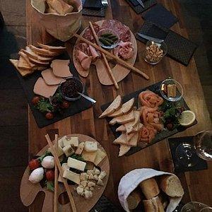 plateau charcuterie, foie gras, saumon et fromage.. Un régale!!!