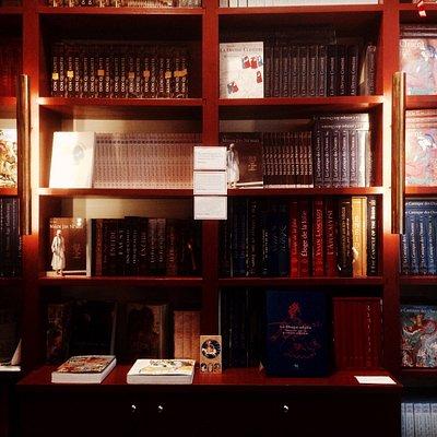 Les belles étagères de la librairie Diane de Selliers !