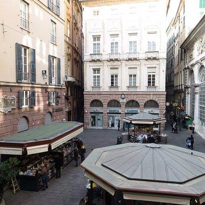 la piazza vista dalla loggia dei mercanti