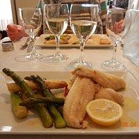 Sol meuniere serveret med friske asparges