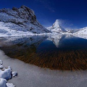 Der Riffelsee im Winter - mit Matterhornspiegelung - © Leander Wenger