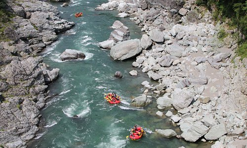 吉野川は、ただ激しいだけでなく、エメラルドグリーンに透き通る川、四季に合わせて色とりどりに変化する山々、切り立った渓谷美を体と心で感じることができます。
