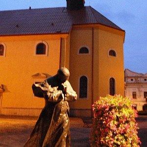 La chiesa vista dietro la statua di Giovanni Paolo II