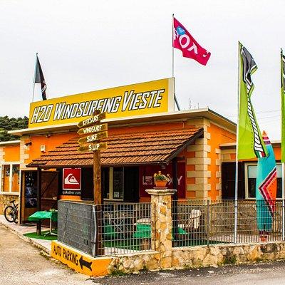 Un vero e proprio Surf-Shop adibito alla vendita di attrezzature sportive:Windsurf,Kitesurf,Surf