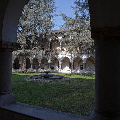 Il chiostro interno della biblioteca