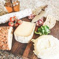 Selezione di salumi e formaggi caserecci