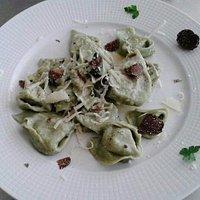 Tortelli di ricotta e ortiche con burro, salvia e tartufo nero di Bagnoli.