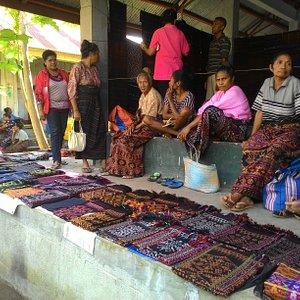 Tempat jual beli cindramata tenun khas sikka pada saat hari pasaran yakni pada hari selasa