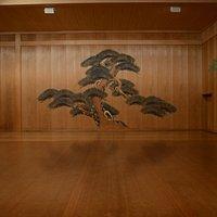1970年、日本の伝統文化「能楽」(ユネスコ世界無形文化遺産)の振興と普及を目的として創設。  定期公演「能を知る会®」の開催、能楽博物館として舞台・能面・能装束を展示公開中。貸会場としての利